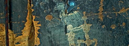 Dans l'Utah, un alpiniste plante ses pitons dans des pétroglyphes précolombiens