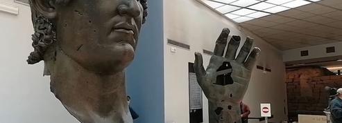 Le bronze colossal de l'empereur Constantin à Rome retrouve son index perdu, il était au Louvre