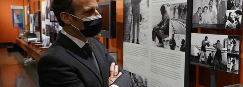 Emmanuel Macron rend hommage à Nelson Mandela avant de quitter l'Afrique du Sud