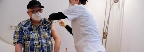 Vaccin anti-Covid : pourquoi la troisième dose pour les plus de 80 ans ne fait pas l'unanimité