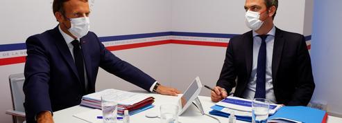 Vaccin: face aux réticences, Emmanuel Macron durcit le ton
