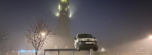 Finistère : une voiture se retrouve sur le toit d'un abribus en raison d'un différend commercial