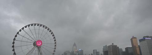 Après les Philippines, le typhon Kompasu frappe Hongkong
