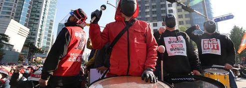 À Séoul, des Sud-Coréens manifestent en costume de Squid Game et cela n'a rien d'anodin