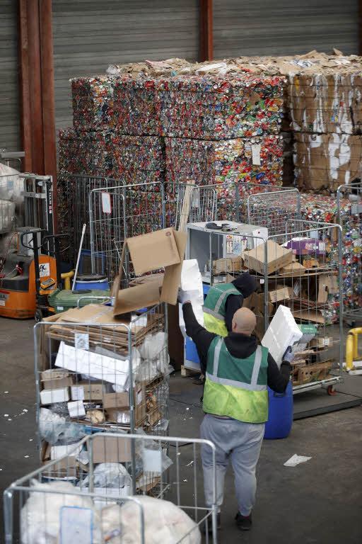 Des salariés d'une filiale de Veolia manifestent contre l'externalisation de la collecte des déchets - Le Figaro