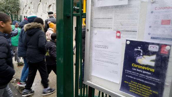 Des élèves entrent dans une école de Mulhouse (Haut-Rhin), le 6 mars 2020.