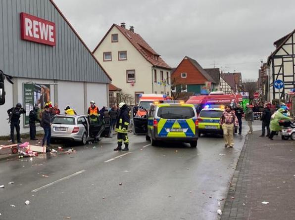 L'intervention des forces de l'ordre et des pompiers lors du carnaval de Volkmarsen