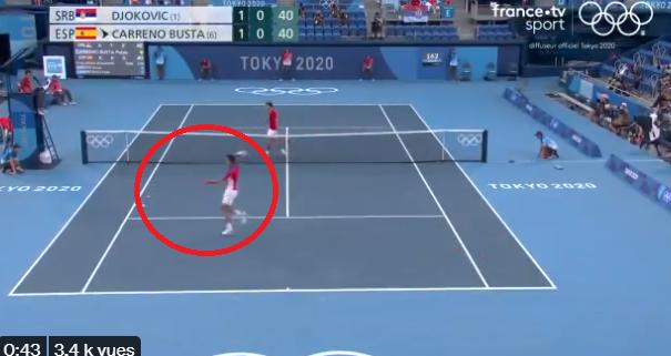 JO: frustré, Djokovic balance sa raquette dans les tribunes