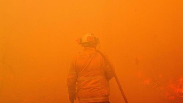 Un pompier australien à une centaine de kilomètres de Sydney.