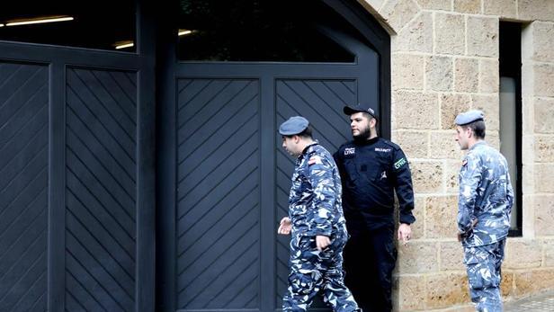 Des membres des forces armées libanaises entrent dans la résidence de Carlos Ghosn, dans le quartier d'Achrafiyeh à Beyrouth, ce mardi 31 décembre 2019.