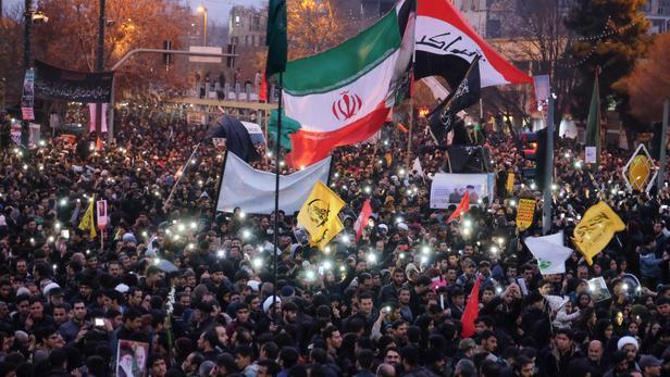 Une foule d'Iraniens, à Mashhad, rendant hommage au général Soleimani tué lors d'un raid américain. Son assassinat a torpillé les dernières chances de sauver l'accord sur le nucléaire iranien conclu en 2015.