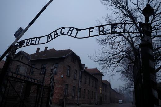 « Le travail rend libre», célèbre inscription marquant l'entrée du camp d'extermination Auschwitz-Birkeneau, où près d'un million de Juifs furent tués.