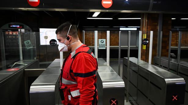Les masques de protection FFP2 sont équipés d'un dispositif de filtration des poussières et des agents pathogènes.