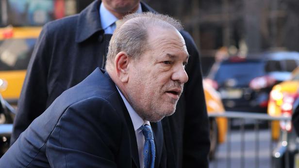 Harvey Weinstein, arrivant diminué à son procès, se tenant à un déambulateur.