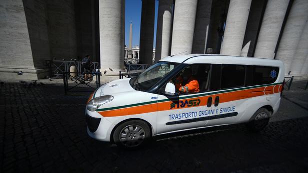 Une ambulance de dont d'organes et de sang dans les rues désertes de Rome.