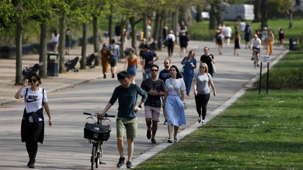 Malgré l'augmentation du nombre de décès, les Londoniens sont sortis se promener dans les parcs de la capitale britannique.
