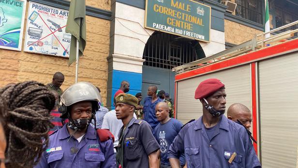 Des policiers se tiennent devant les portes de la prison où la mutinerie à eu lieu mercredi.