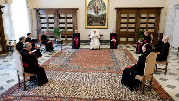 Le pape François lors d'une diffusion en direct de l'audience générale hebdomadaire de la bibliothèque du palais apostolique au Vatican le 29 avril.