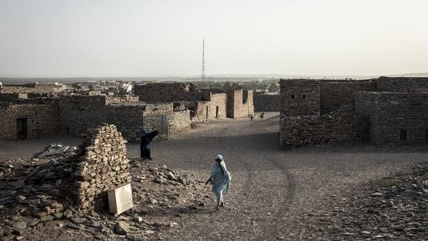 Tichitt est faite de maisons de pierre grise à l'architecture unique en son genre et de rues de sable.