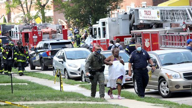 Au moins trois personnes sont blessées, selon les pompiers.