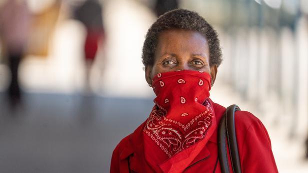 Une femme porte un bandana au Zimbabwe pour se protéger contre le Covid-19.