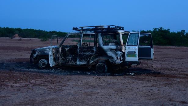 Le véhicule emprunté par les huit personnes assassinées dimanche matin, dans la zone de Kouré. BOUREIMA HAMA / AFP