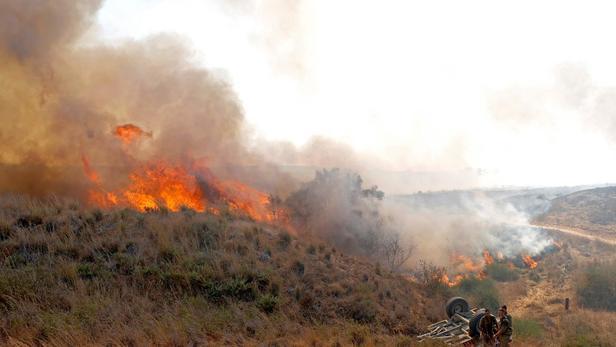 L'armée israélienne a bombardé des positions du Hamas dans la bande de Gaza, en représailles à des lancers de ballons incendiaires.