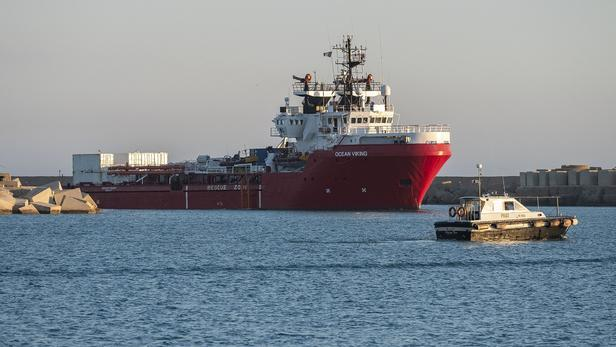 L'Ocean Viking demande un « port sûr » pour débarquer 555 migrants