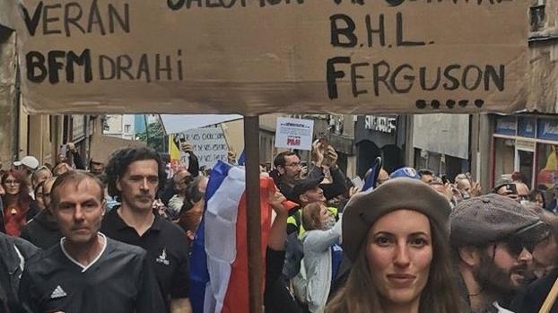 Six mois de prison avec sursis pour la manifestante anti-passe qui avait défilé avec une pancarte antisémite à Metz