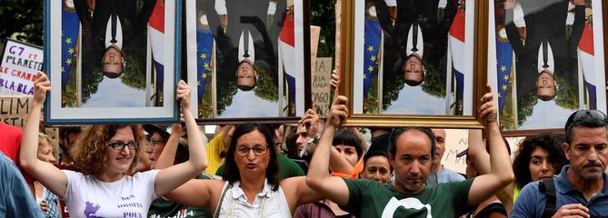 Des portraits renversés de Macron brandis à Bayonne