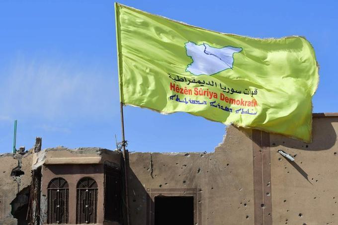 A Baghouz samedi 23 mars. On peut lire sur ce drapeau : «Forces démocratiques syriennes».