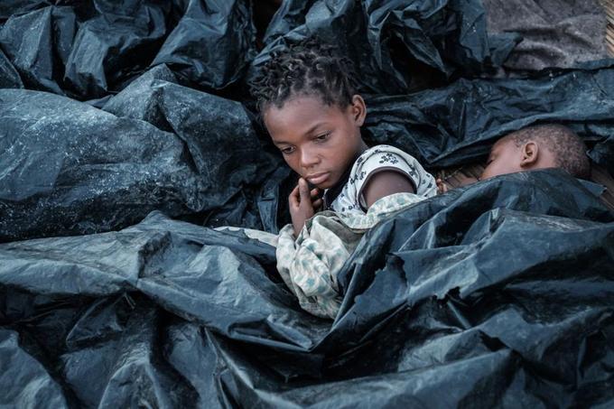 Une enfant de 11 ans, rescapée du cylcone, à Buzi au Mozambique le 23 mars.