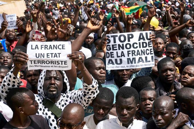 La présence française au Mali est critiquée par les manifestants.