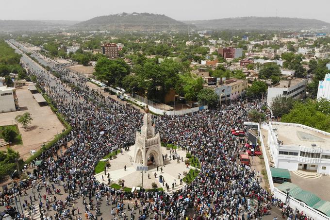 La foule de manifestants à Bamako vendredi.