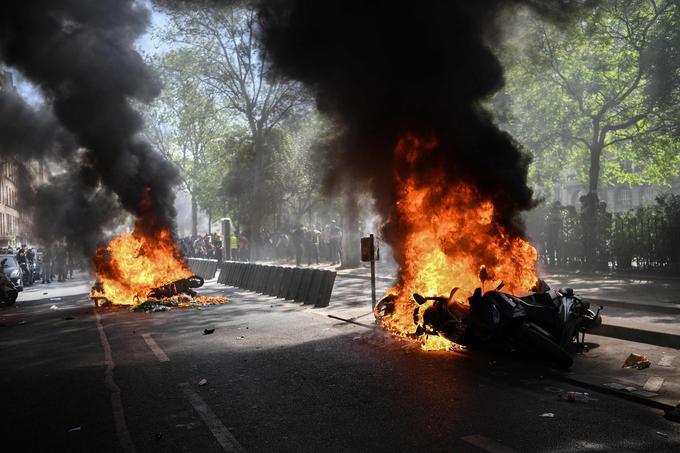 Des véhicules en feu près de la place de la République, à Paris.