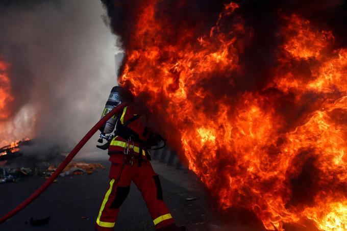 Des pompiers sont rapidement intervenus pour éteindre les feux de véhicules.
