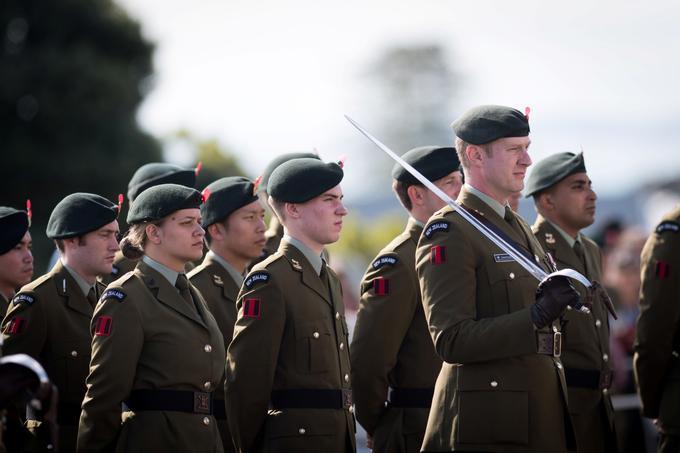 Des soldats attendent la venue du Prince William.