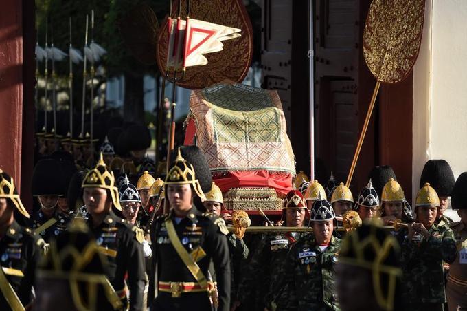 Le roi Vajiralongkorn sera transporté en palanquin porté par les militaires en habit d'apparat.