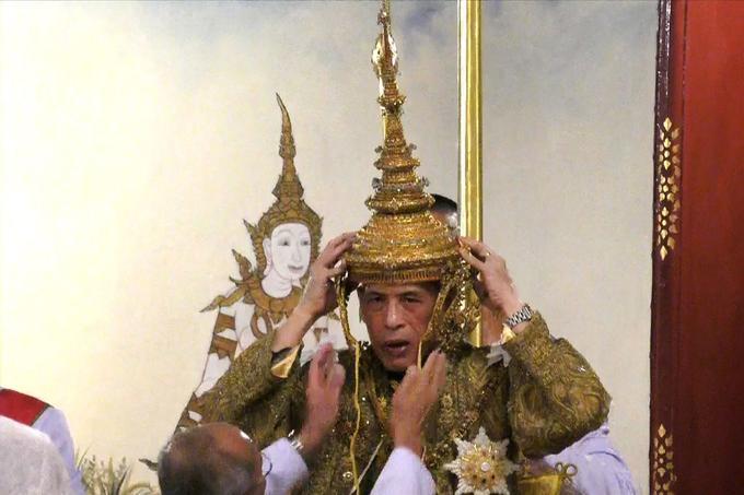 Maha Vajiralongkorn a lui-même déposé sa couronne sur sa tête