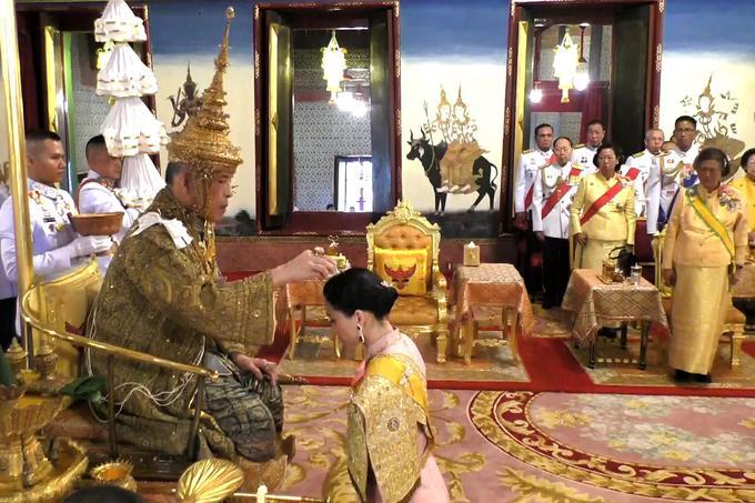 Le roi Rama X a ensuite couronné sa femme, la reine Suthida.