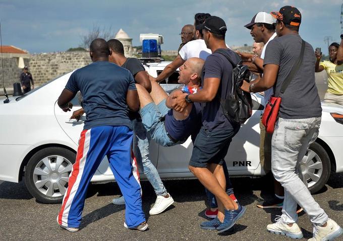 La police cubaine a arrêté des manifestants participant à la marche des LGTB à La Havane, le 11 mai 2019.