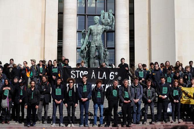 Porteurs de grandes banderoles vertes «Extinction Rebellion» et d'un calicot noir «Stop à la 6e extinction de masse», ils se sont recueillis plusieurs minutes en silence.