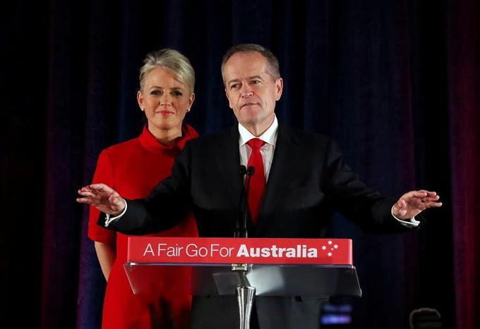 Le dirigeant du parti travailliste australien Bill Shorten sur scène avec son épouse Chloe, reconnaît sa défaite.