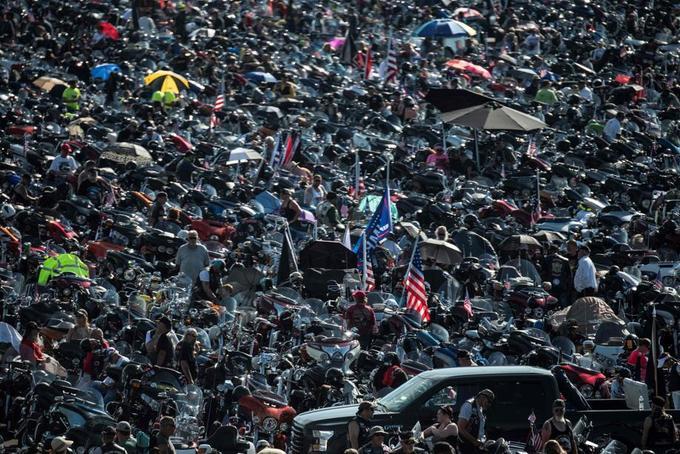 À la mi-journée ils étaient déjà des milliers rassemblés sur le parking du Pentagone, prêts à prendre la route.
