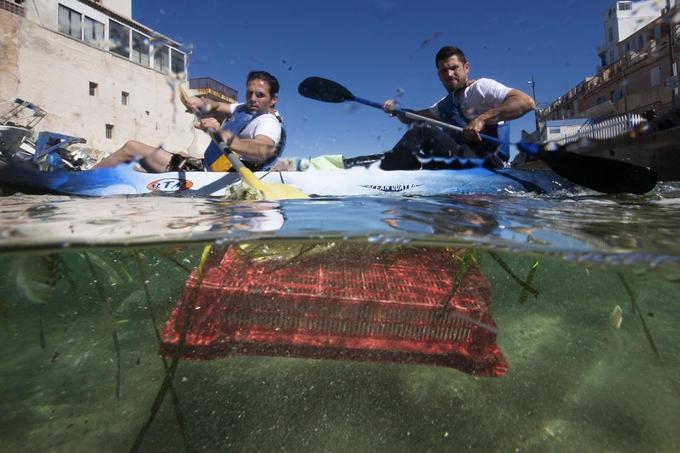 Les concurrents doivent parcourir 8 kilomètres du littoral marseillais et ramasser le plus de déchets possible.