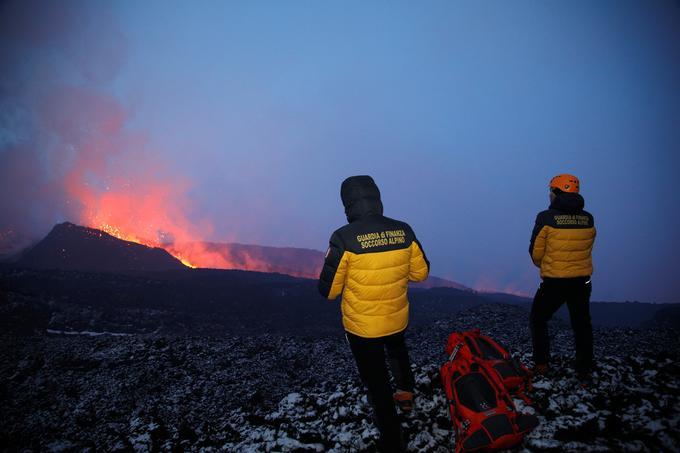 Des membres du sauvetage alpin de la <i>Guardia di Finanza</i>, observent l'éruption de l'Etna.