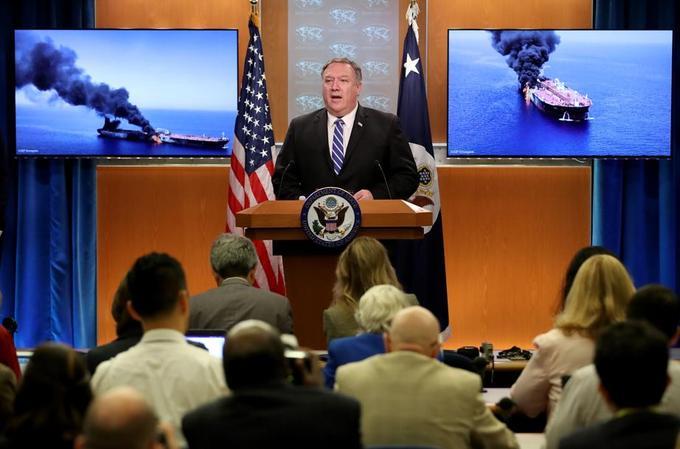 Mike Pompeo derrière l'image des deux pétroliers attaqués