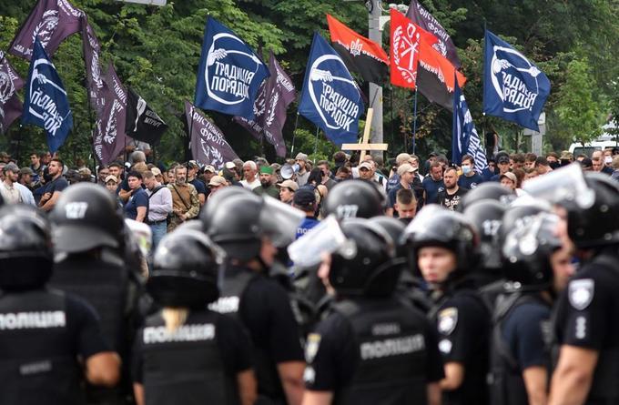Près d'un millier de militants d'extrême droite et d'organisations orthodoxes ont tenté de perturber la manifestation et scandaient des slogans agressifs.