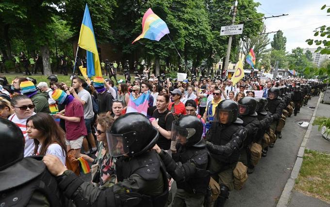Le défilé était encadré par un important cordon de policiers.
