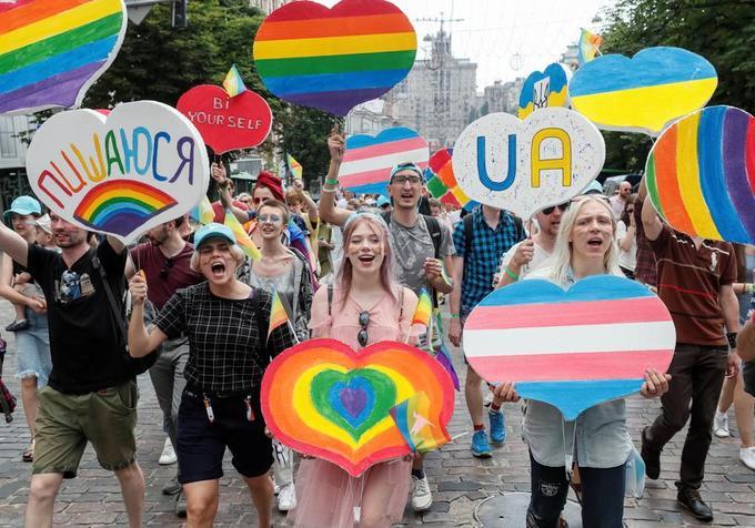 Les personnes réunies arboraient des drapeaux arc-en-ciel ou portaient des tenues extravagantes.